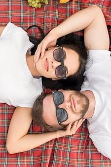 Couple vue de dessus portant sur la couverture de pique-nique