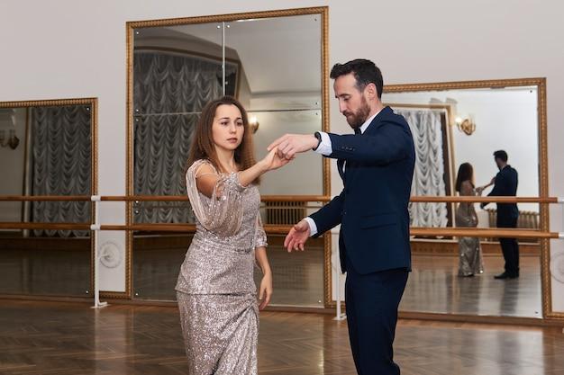 Couples adultes apprenant à danser la danse classique de partenaire