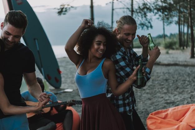 Couples afro danse sur la plage. guitariste afro.