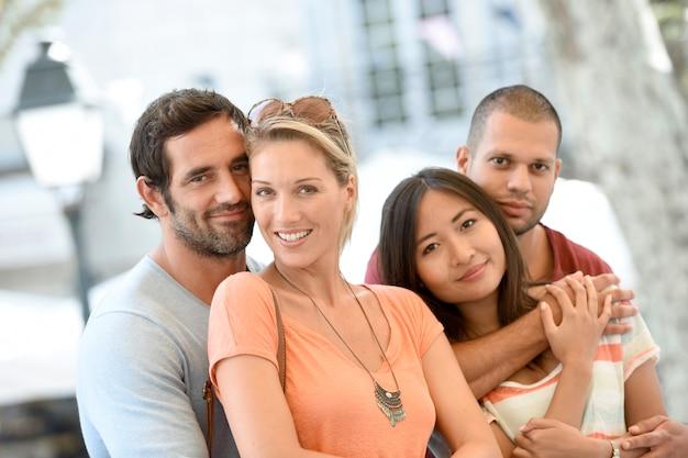 Couples d'âge moyen en vacances profiter d'être ensemble
