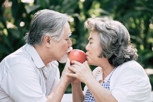 Couples âgés cuisiner des aliments sains ensemble