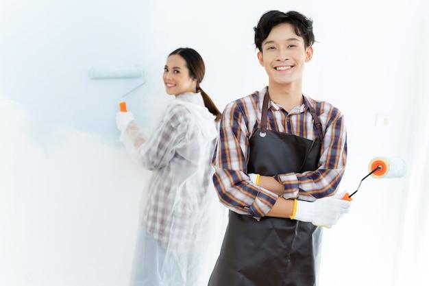Les couples aident à peindre la nouvelle maison