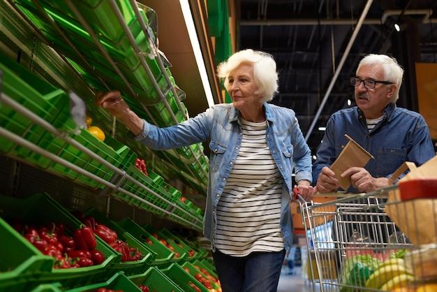 Couples aînés, achats, dans, supermarché