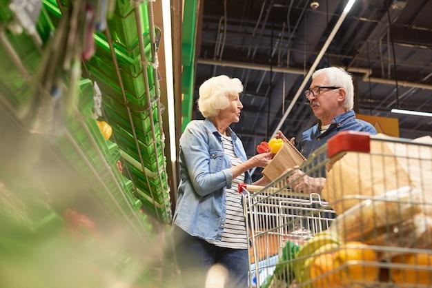 Couples aînés, achats, ensemble