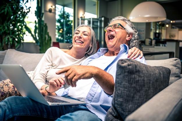 Couples aînés, achats, ligne
