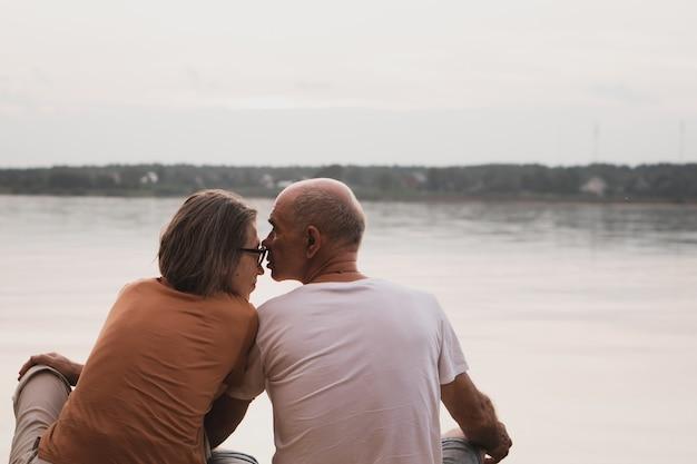 Couples aînés, amoureux, baisers, séance plage, à, été