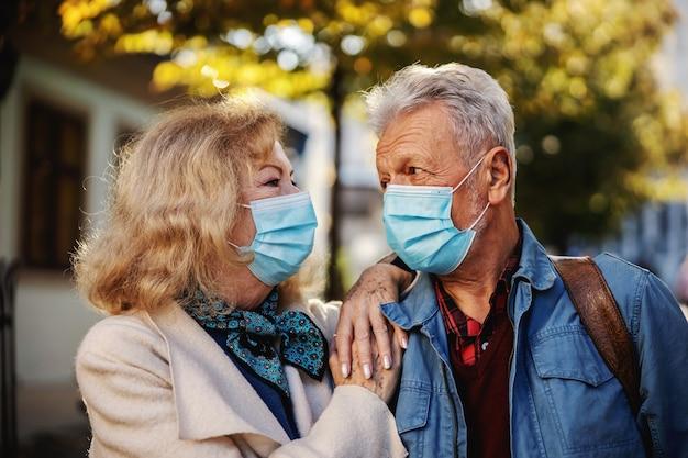 Couples aînés, amoureux, debout, dehors, et, regarder, autre