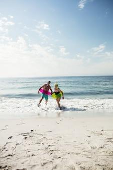 Couples aînés, apprécier, plage