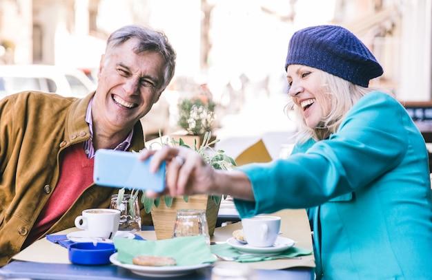 Couples aînés, avoir café, dans, a, barre
