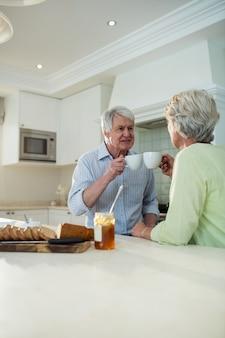 Couples aînés, avoir café, à, table dîner
