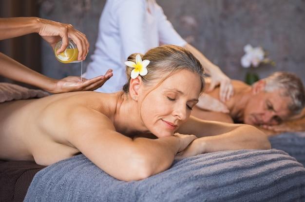 Couples aînés, avoir, huile, spa, massage