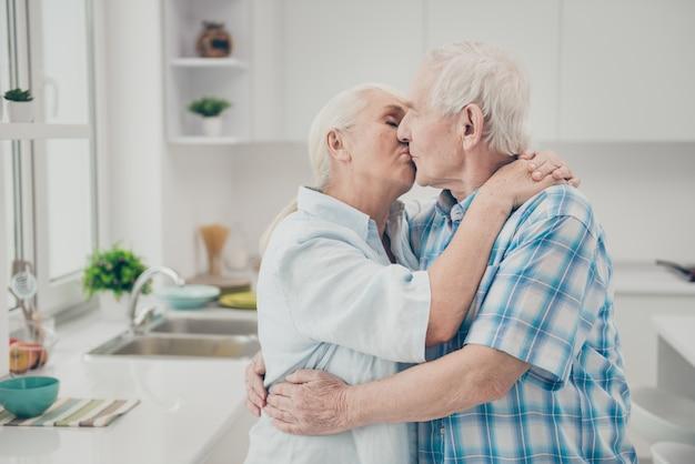 Couples aînés, baisers, dans, les, cuisine