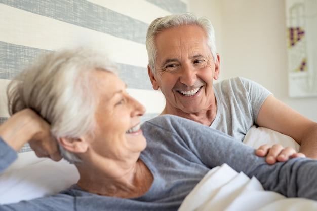 Couples aînés, dans lit