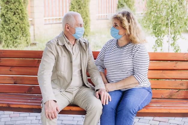 Couples aînés, dans, masques, dans, nature, coronavirus, quarantaine