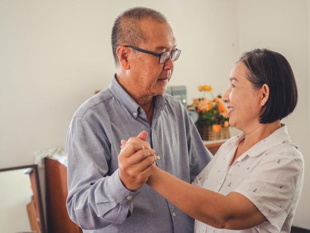 Les couples d'aînés dansent ensemble dans la chambre