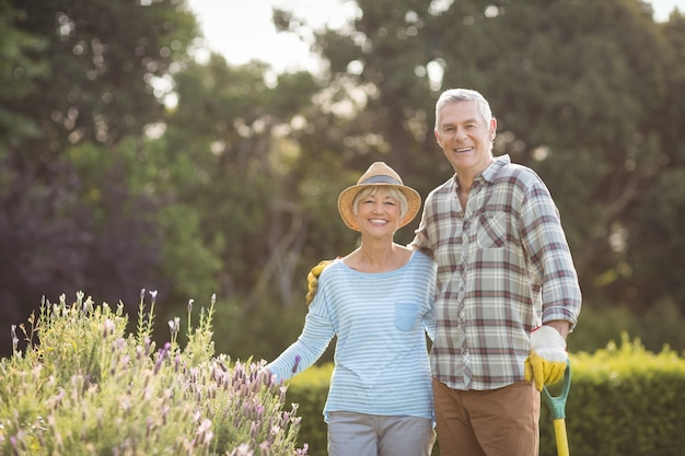 Couples aînés, debout, dans, cour