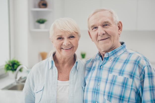 Couples aînés, debout, dans, les, cuisine
