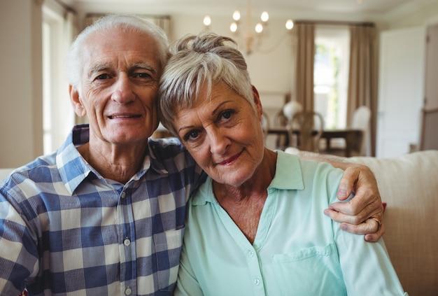Couples aînés, délassant, sur, sofa, dans, salle de séjour