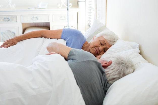 Couples aînés, dormir, dans, les, chambre à coucher, chez soi
