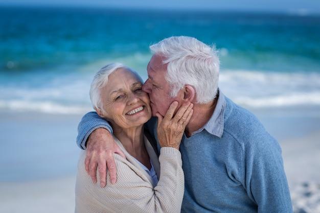Couples aînés, embrasser, et, baisers