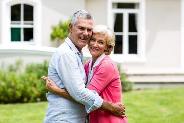 Couples aînés, embrasser, dehors, maison, à, yard