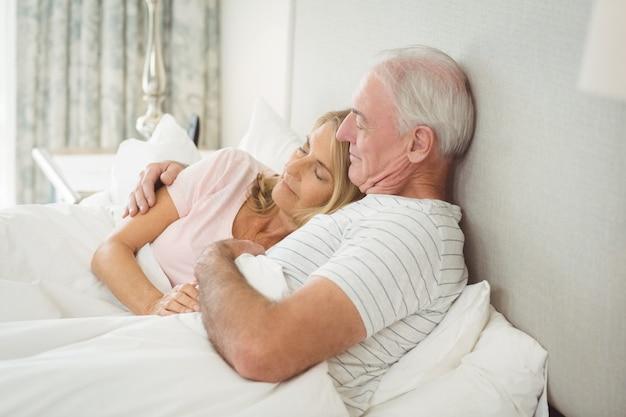 Couples aînés, embrasser, lit