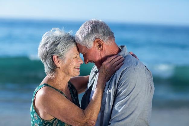 Couples Aînés, Embrasser, Plage Photo Premium