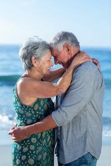 Couples aînés, embrasser, plage
