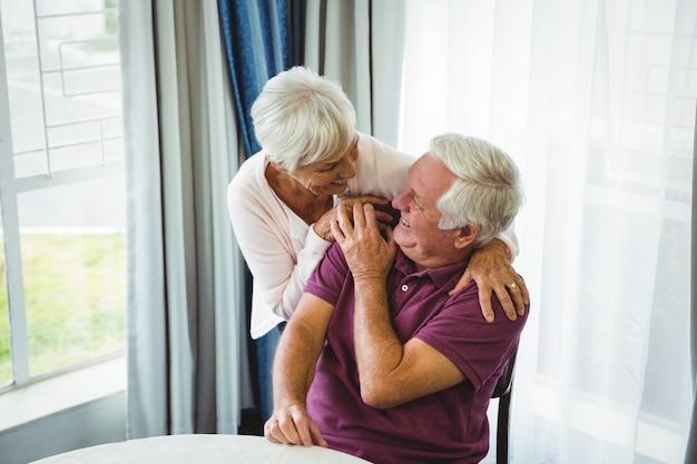 Couples aînés, étreindre, autre