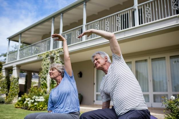 Couples aînés, exécuter, étirage, exercice