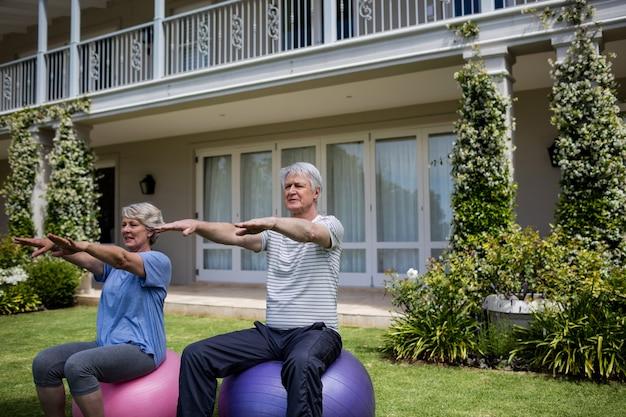 Couples aînés, exercisme, sur, boule fitness