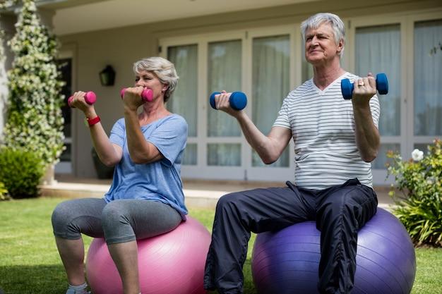 Couples aînés, exercisme, à, haltères, sur, boule fitness