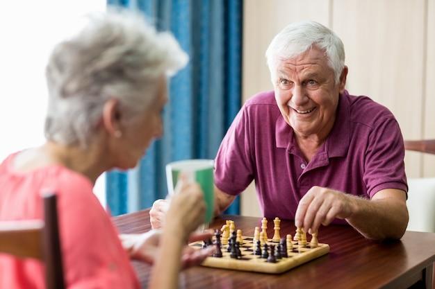 Couples aînés, jouer échecs