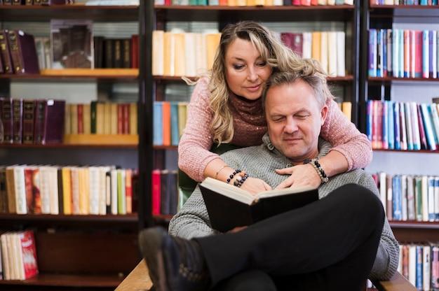 Couples aînés, livre lecture, ensemble