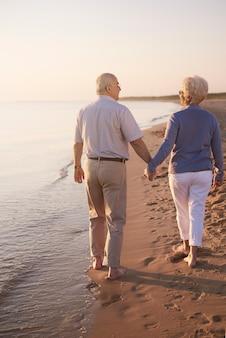 Couples aînés, marche, main main