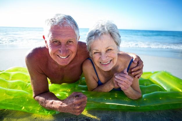 Couples aînés, mensonge, sur, matelas pneumatique