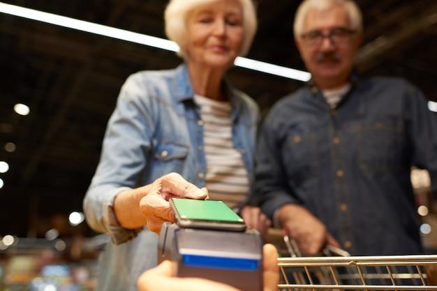 Couples aînés, payer, à, smartphone