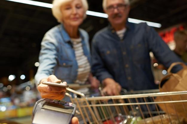 Couples aînés, payer, à, téléphone portable