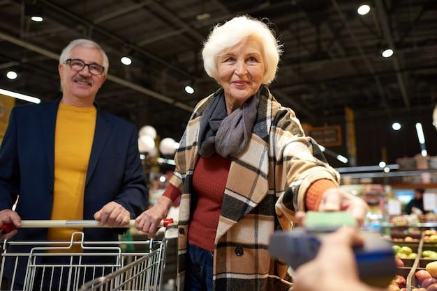 Couples aînés, payer, à, téléphone