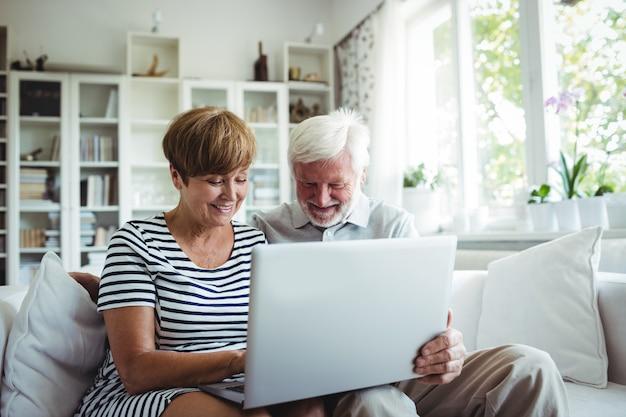 Couples aînés, portable utilisation