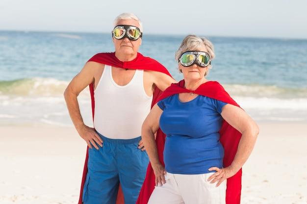 Couples aînés, porter, costume superman