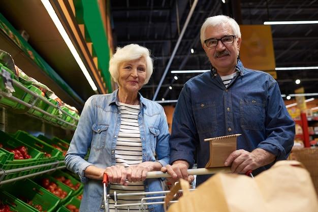 Couples aînés, poser, dans, supermarché