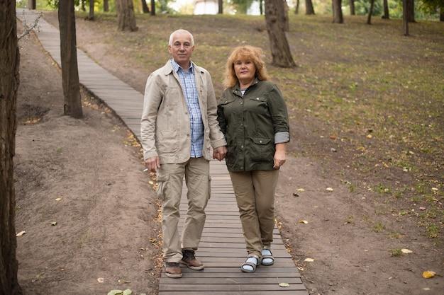 Couples aînés, sur, a, promenade, dans, parc automne