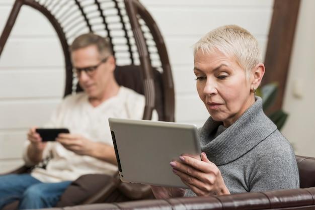Couples aînés, regarder travers, leurs, dispositifs