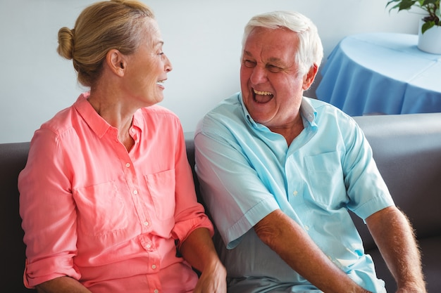 Couples aînés, rire ensemble