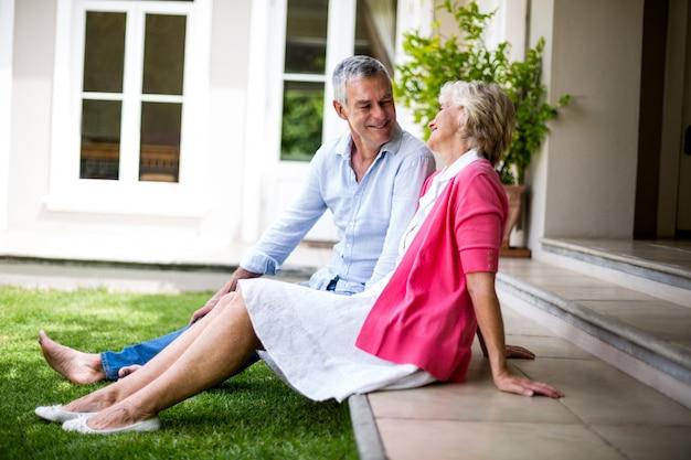 Couples aînés, séance étapes, dehors, maison, à, yard