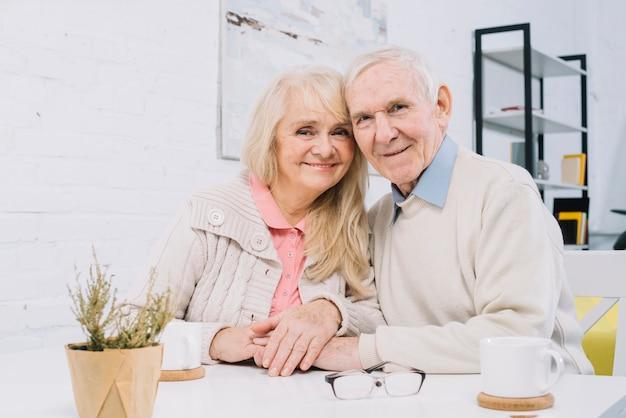 Couples aînés, table, tenant mains