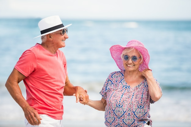 Couples aînés, tenant main