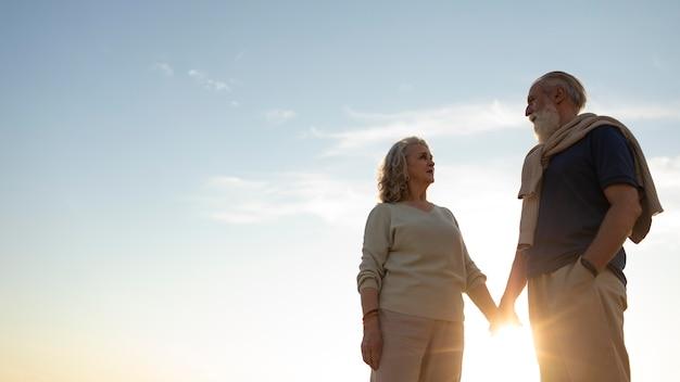 Couples Aînés, Tenant Mains, Coup Moyen Photo Premium