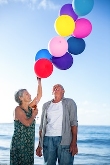 Couples aînés, tenue, ballons